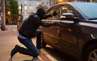 В Киеве автовор за считанные минуты обокрал несколько машин