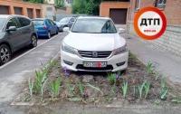 Киевлянин избил соседа, помешавшего ему припарковаться на клумбе