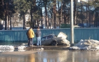 На улицах Киева машины проваливаются под асфальт