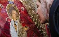 Священник посоветовал воздержаться от целования икон в храмах