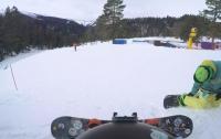 Парень катался на сноуборде, но неожиданно въехал в барана (видео)