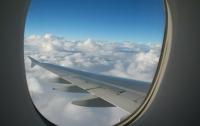 Пассажир самолета напугал всех остальных, когда пытался выйти на высоте 9000 метров