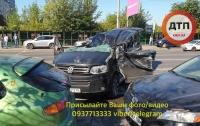 Жесткое ДТП в Киеве: столкнулись 5 автомобилей, один водитель в реанимации (видео)