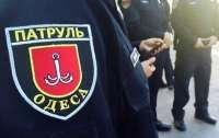 Одесская полицейская крыла людей матом и бросалась на них с кулаками