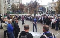 Под офисом Нацсовета подрались поклонники и противники пророссийских телеканалов в Украине