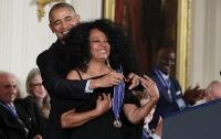 Обама наградил знаменитостей Медалями Свободы