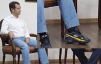 Российский премьер-министр носит кроссовки на каблуках