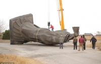 В Китае ветер снес 6-тонную статую императора