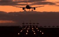 В Риме совершил аварийную посадку самолет: обломки полетели в авто