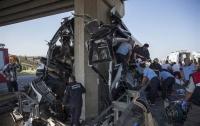 В Турции автобус влетел в мост: 5 погибших, десятки раненых