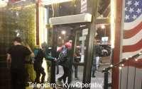 Агрессивные гости киевской пиццерии устроили драку и разбили машиной вход заведения