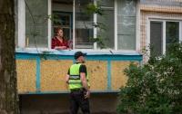 В Киеве женщина выпала из окна с подушкой и одеялом (видео)