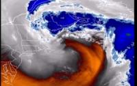 Как выглядит погодная бомба: наглядное пособие мощного шторма в Атлантическом океане (Видео)