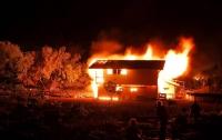 Патрульные спасли семью, которая спала в горящем доме под Киевом