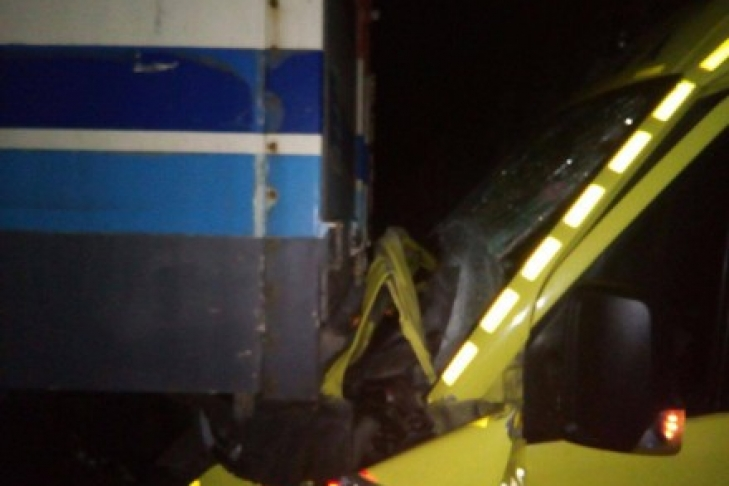 автомобиль скорой помощи в аварии