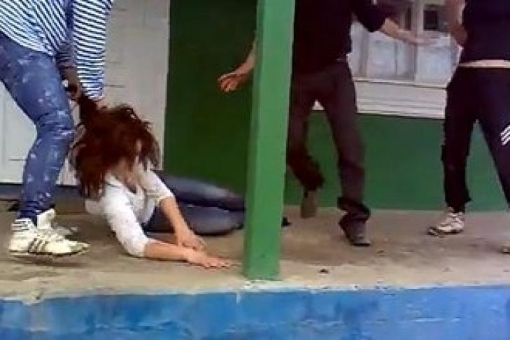 парень бьет парня по ягодицам до корви видео