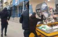 Мужчина разнес топором кассы супермаркета