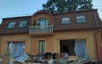 Из здания выпали два окна, и посыпалась стена: В Черновцах обрушился дом