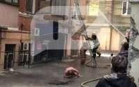В Киеве мужчина выпрыгнул с балкона во время пожара (видео)