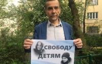 Очередное задержание человека с плакатом произошло в соседней стране