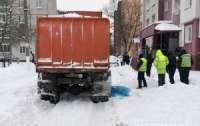 Женщина подскользнулась на снегу и угодила под колеса мусоровоза