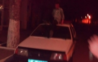 Прохожий станцевал на крыше полицейской машины