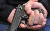 В Днепре мужчина с пистолетом бросался на прохожих