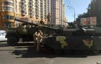 В Киеве посреди улицы загорелся танк (видео)
