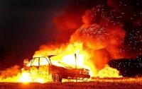 В Киеве на Печерске посреди дороги загорелся автомобиль