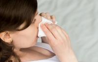 Ученые предупредили об опасности чихать с прикрытыми ртом и носом