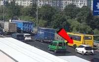 Столична маршрутка загубила колеса по дорозі, ніхто не постраждав (ВІДЕО)