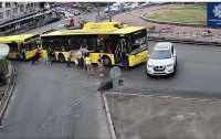Пассажиры толкали троллейбус и протаранили авто (видео)