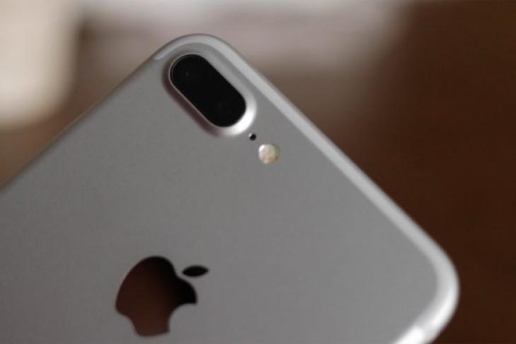 IPhone 7 Plus зажегся рядом сголовой спящей женщины