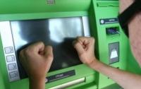 В Тернополе злоумышленник ограбил банкомат в ТЦ (видео)