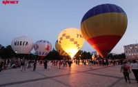 Как в Киеве монгольфьеры «работали» цветными фонариками (ФОТО)