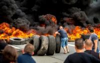 Французские моряки, недовольные своим правительством, жгут шины