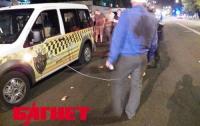 В Киеве прохожие избили таксиста за неадекватную езду (ФОТО)