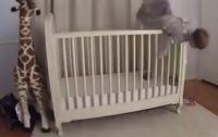 Отец в последний момент спас падающего вниз головой ребенка (видео)