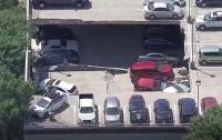 Превратились в металлолом: в США обвалилась парковка с автомобилями (видео)