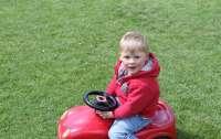 Малыш выехал на трассу на игрушечной машине, чтобы спасти отца