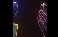 Канатоходец прошел 50 метров между двумя высотками (видео)
