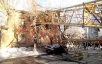 В России строительный кран упал на жилой дом