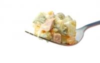 Привычный новогодний салат можно сделать с рыбой, а можно и вообще без любого мяса (фото)