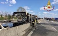Водитель захватил школьный автобус и сжег его (видео)