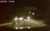 Работница таможни сбила двоих мужчин под Львовом