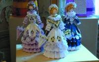 Арабка сделала 1145 трехмерных бумажных кукол
