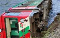 Поезд со школьниками упал в реку