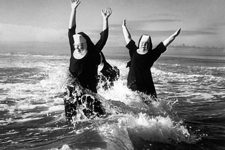 Монашки развлекаются осликом фото 321-3