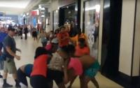 В ТЦ США произошла массовая драка покупательниц (видео)