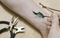 Шведы массово вживляют себе в руку электронные микрочипы (видео)